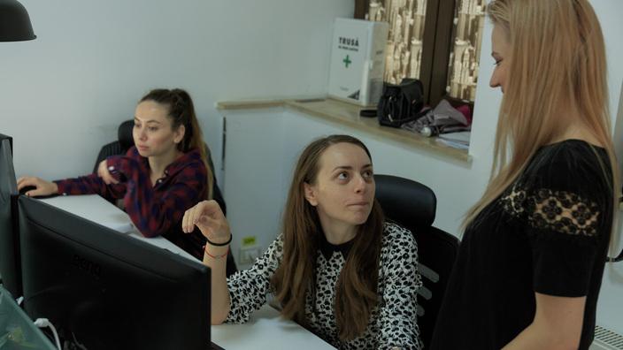 © 2017 - Team Extension - Senior Programmers having a brainstorming at work - Bucharest, Romania